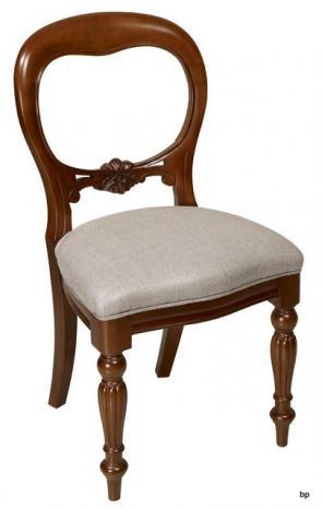 Chaise sculptée main Marion  en merisier massif de style Louis Philippe